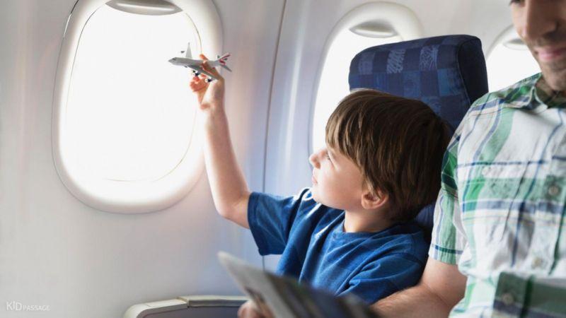 чем занять ребенка в самолете