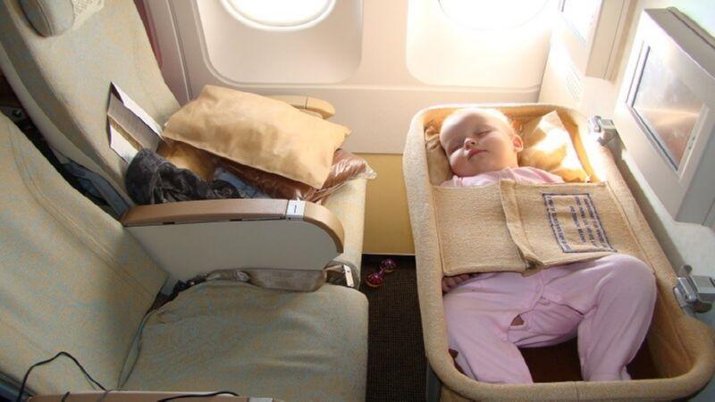где лучше сидеть в самолете с ребенком