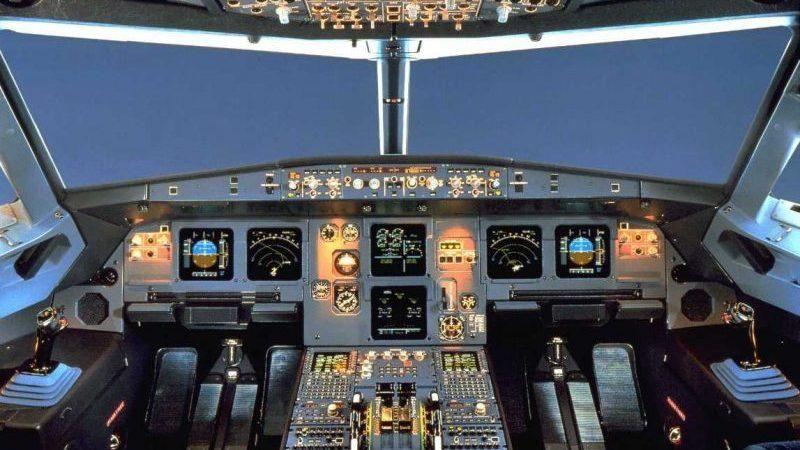 Для управления самолета предусмотрена сложная система