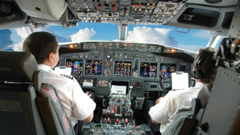 управлять самолетом