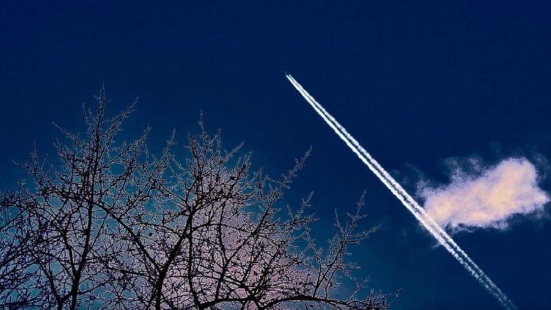 самолет оставляет белый след